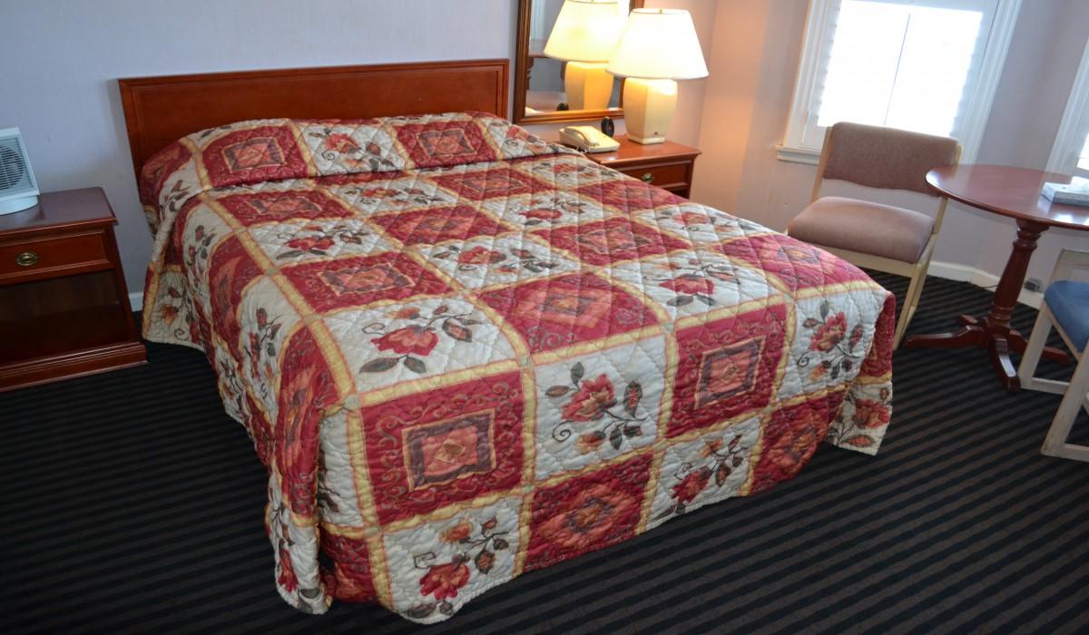 Queen Standard Bedroom - Alpha Inn